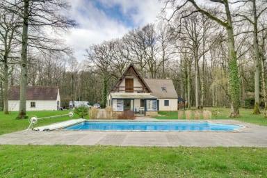Vue des 2 maisons et de la piscine
