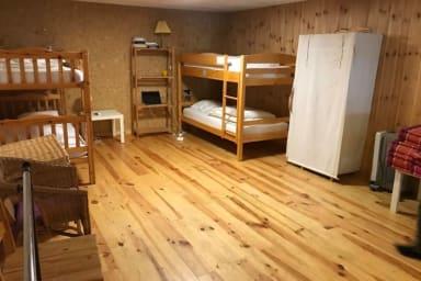 Très grande chambre sans fenêtre avec 4 couchages ou plus