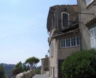 Charmigt hus mitt i en av Frankrikes allra finaste byar