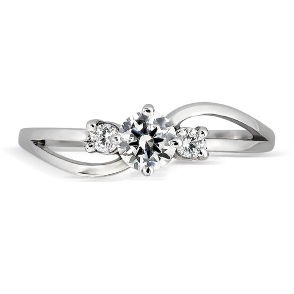 แหวนทอง 18K ประดับเพชร น้ำหนักรวม 0.32 กะรัต ค่าสี E ค่าความสะอาด VS