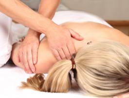 Nur mit den Händen und Druck werden in der Chiropraktik Verspannungen gelöst. - (c) RioPatuca Images Fotolia