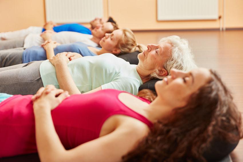 In sieben Schritten lernen die Kursteilnehmer beim Autogenen Training jeden einzelnen Muskel zu entspannen. - (c) Robert Kneschke Fotolia