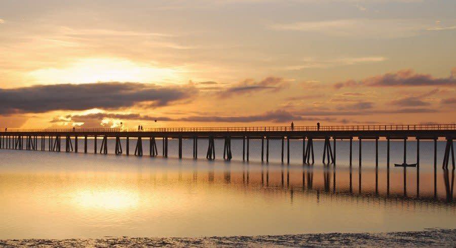 Sonnenuntergang an einer Brücke auf der Ilha de Mozambique