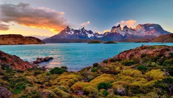 Sonnenuntergang in Patagonien - Bergsee und verschneiter Gipfel