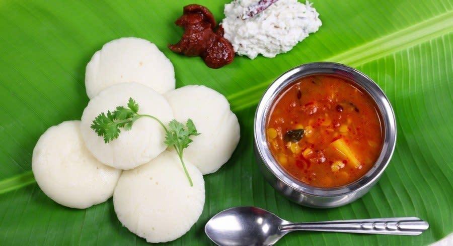 Südindisches Frühstück aus Idli, Chutney und