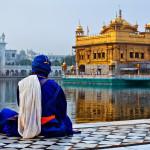 Person meditiert vor Goldenem Tempel