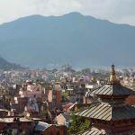 Stadpanorama von Kathmandu mit Bergen im Hintergrund