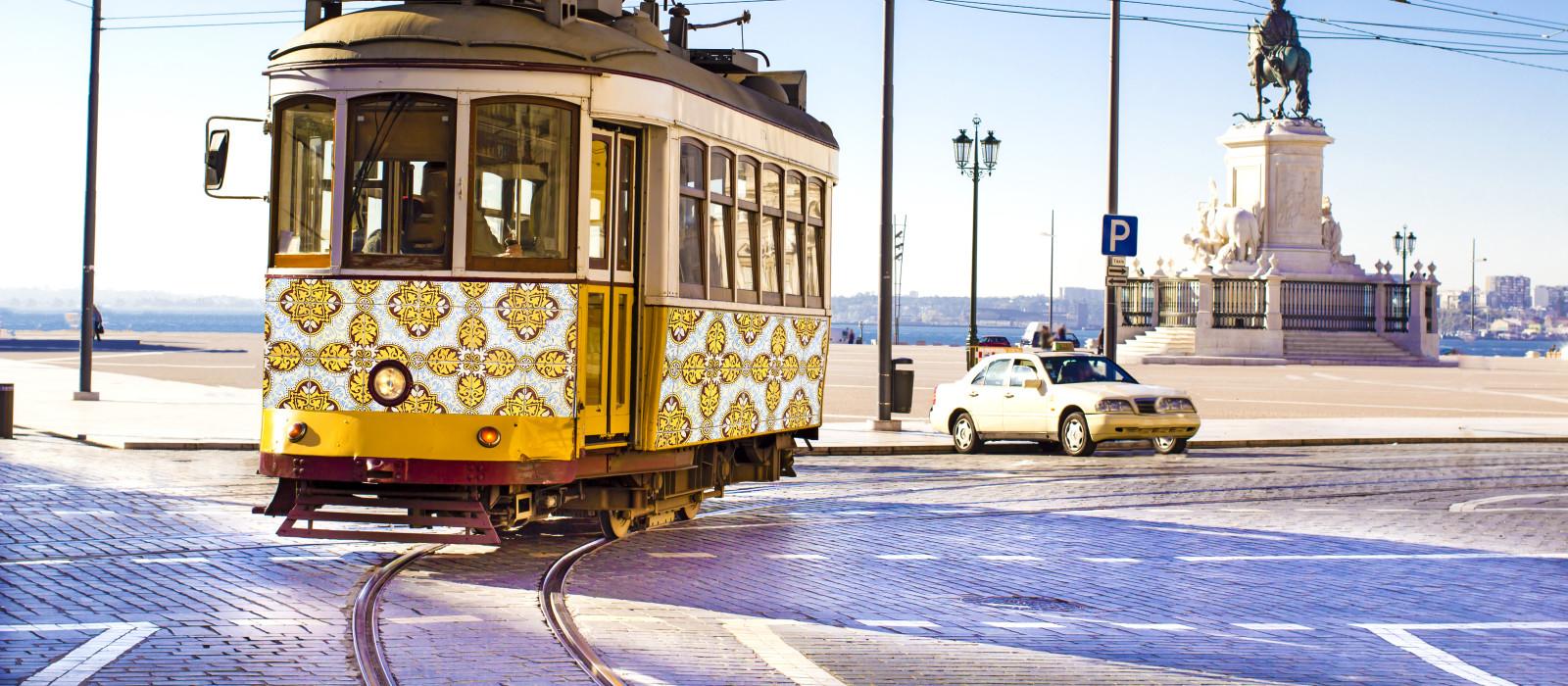 Zählt zu den beliebtesten Portugal Sehenswürdigkeiten - historische Straßenbahn