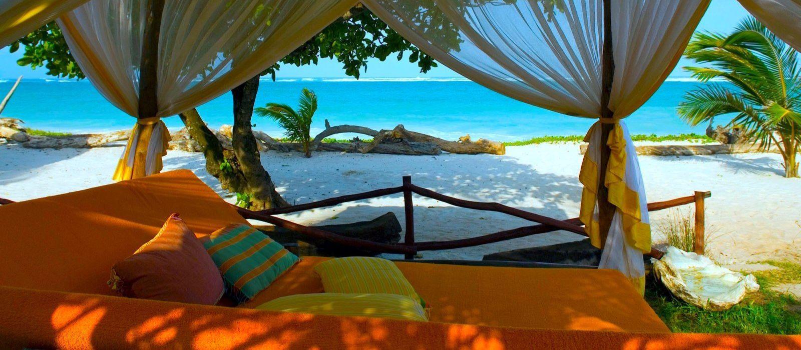 Hotelterasse mit Aussicht auf den Strand Diani Blue Hotel in Südküste, Kenia