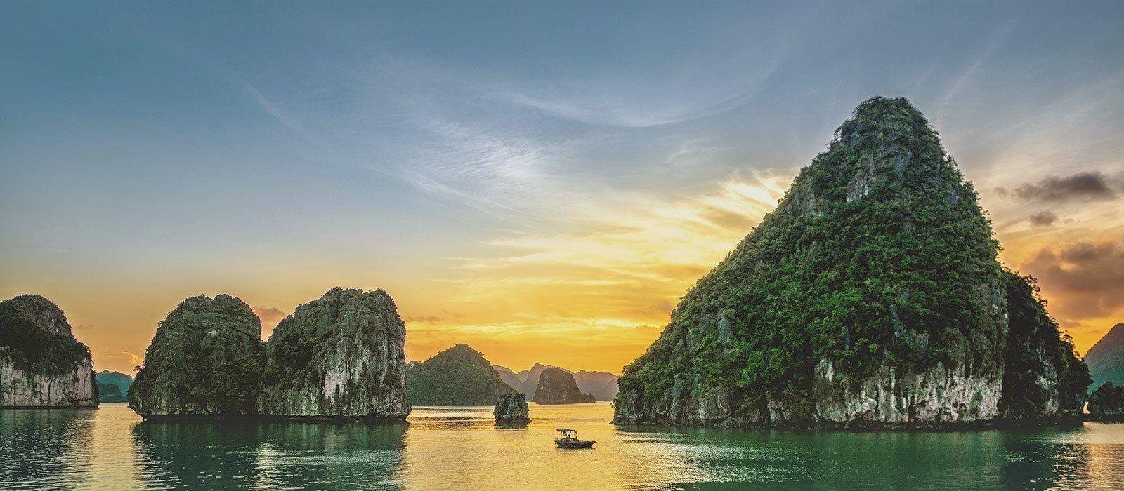 Auf Asien Reisen erleben Sie spektakuläre Sonnenuntergang - hier in Vietnam, Halong Bucht