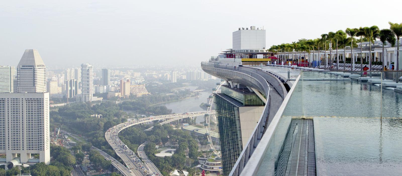 Blick vom Dachpool des neuen Marina Bay Sands Hotels am frühen Morgen, Singapur