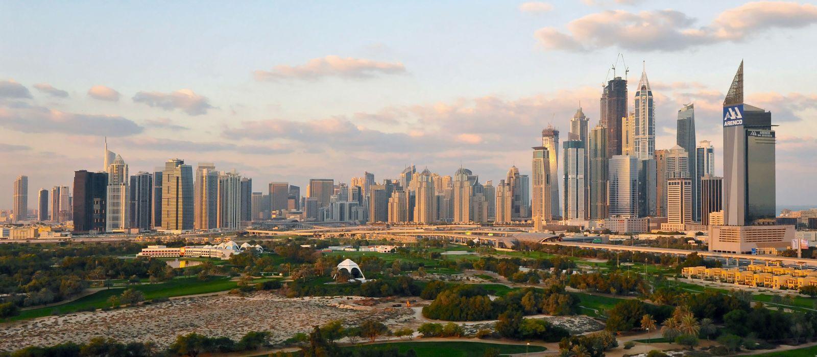 Ein Panoramablick auf die Dubai-Hochhäuser am frühen Morgen.