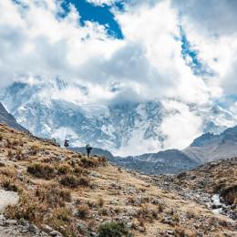 Zwei Wanderer auf dem Weg nach Machu Picchu vor dem nebeligen Berg Salkantay in Peru