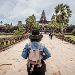 Junge Touristin besucht Angkor Wat Wahrzeichen in Siem Reap, Kambodscha, Asien.