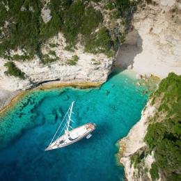 Luxusyacht in einer griechischen Bucht