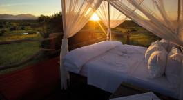 Doppelbett im Freien im Kapama Southern Camp, Krüger in Südafrika