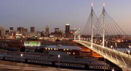 Die Nelson Mandela Brücke vor der Skyline von Pretoria