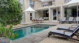 Balkon und Terrasse mit Pool