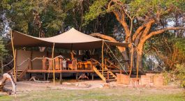 Außenansicht im Hotel Mukambi Safari Lodge in Kafue, Sambia