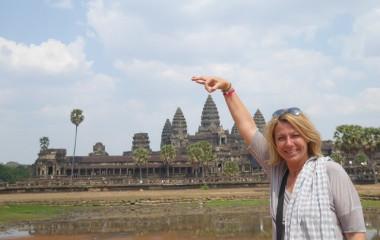 Touristin posiert vor Angor Wat, Kambodscha