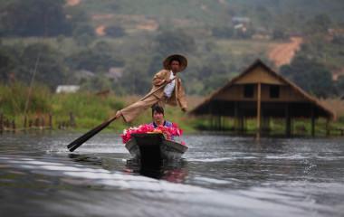 Mann steuert Kanu auf dem Inle-See in Myanmar