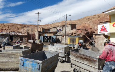Bergleute arbeiten am Eingang zur Mine am Cerro Rico in Bolivien