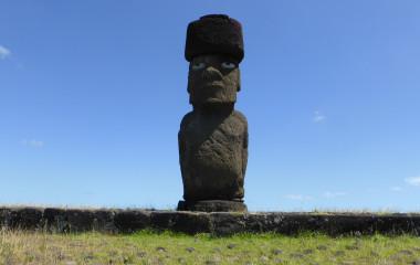 Große Moai-Steinskulptur auf den Osterinseln vor blauem Himmel