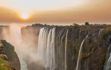 Sonnenuntergang über den Victoriafällen in Sambia