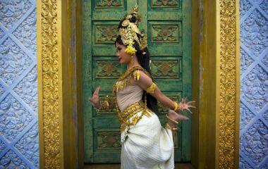Prächtig gekleidete Apsara-Tänzerin in Kambodscha