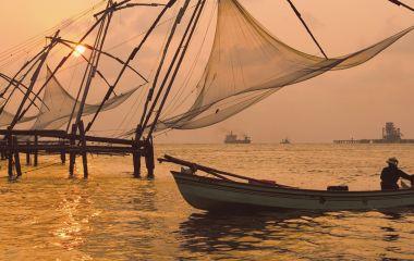 Fischerboote im Sonnenuntergang in Cochin