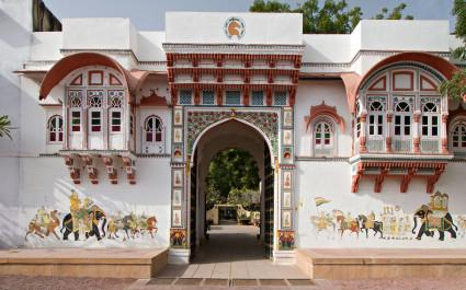 Verzierte Fassade des Hotels Rohetgarh Fort, Indien
