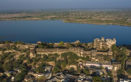 Die Festung Fort Dhikola im indischen Rajasthan aus der Vogelperspektive