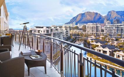 Balkon mit Blick auf den Tafelberg im One & Only Resort Kapstadt Hotel in Kapstadt, Südafrika