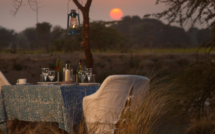 Gedeckter Tisch in freier Natur im Hotel Khem Villas, Ranthambore-Nationalpark, Indien