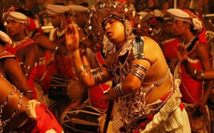 Festlich gekleidete Musiker beim Kandy Perahera in Sri Lanka