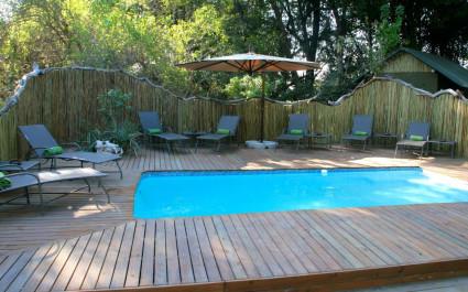Swimmingpool mit Sonnenliegen