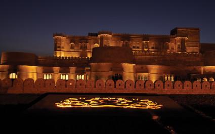 Abendliche Außenansicht des Hotels Jaisalmer Suryagarh in Indien