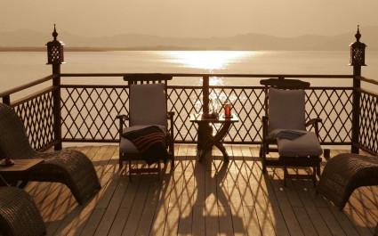 Liegestühle auf dem Sonnendeck der Amara Cruise in Myanmar