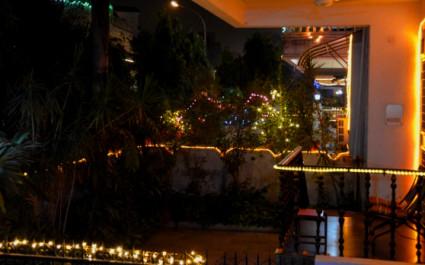 Festlich beleuchtete Häuser beim Diwali-Fest der Lichter in Indien