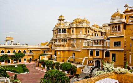 Außenansicht mit Garten des Hotels Deogarh Mahal, Indien
