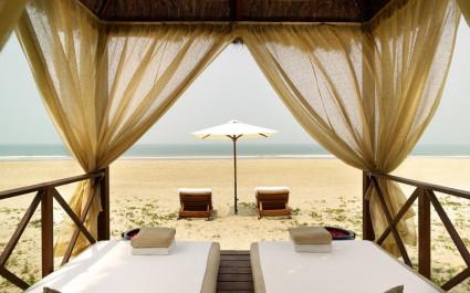 Liegestühle am Strand des Park Hyatt Goa Resort & Spa in Goa, Zentral- & Westindien