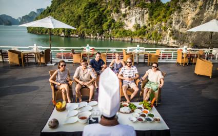 Urlauber auf Kreuzfahrtschiff in der Halong-Bucht in Vietnam