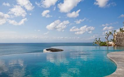 Infinitypool mit Meerblick im Anantara Uluwatu Bali Resort Hotel in Uluwatu, Indonesien