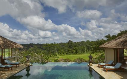 Großer Pool vor idyllischem Regenwald im Amandari Resort
