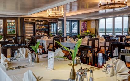 Speisesaal mit gedeckten Tischen auf der Jayavarman Cruise in Kambodscha und Vietnam