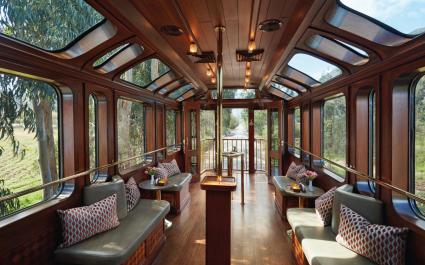Luxuriöses Innenambiente mit Sitzbänken und Dachfenstern im Zug Belmond Hiram Bingham in Peru, Südamerika