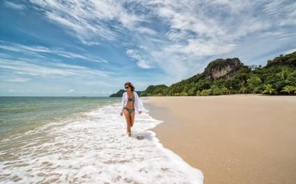 Frau am Strand in Malaysia