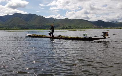 Mann fährt mit dem Kajak über den Inle-See in Myanmar