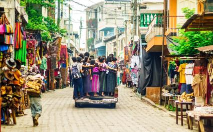 Eine Gruppe Kinder nutzt die öffentlichen Verkehrsmittel in Guatemala
