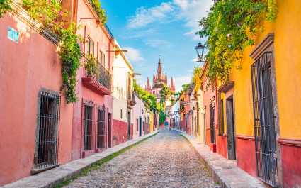 Enchanting Travels Mexico Tours Beautiful streets and colorful facades of San Miguel de Allende in Guanajuato, Mexico - Best trips to take in 2020
